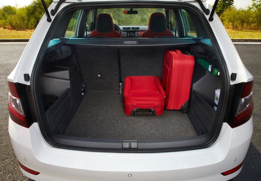 El Skoda Fabia puede presumir de tener un maletero con 330 litros de capacidad. Más interesante es la versión Combi, que cuesta 750 euros más y se alarga 27 centímetros. Gracias a ello su maletero alcanza unos sorprendentes 530 litros de capacidad.