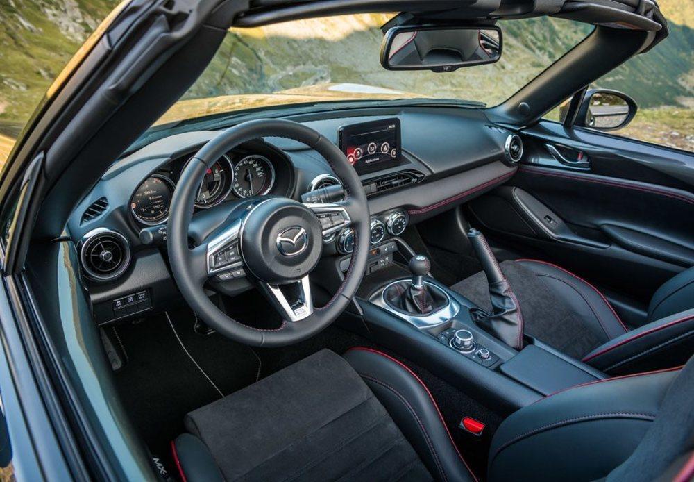Los más grandes agradecen que ahora haya un volante regulable en profundidad. También se ha revisado los sistemas de infoentretenimiento, hay más opciones de personalización y se mantienen los deportivos asientos Recaro, además de los altavoces Bose integrados en ellos.