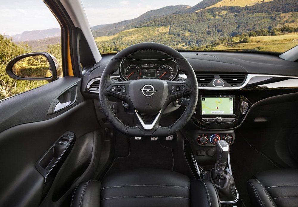 Los pedales en aluminio, un pequeño volante o los emblemas GSi delatan a esta picante versión del Opel Corsa, en la que debes pagar aparte estos asientos firmados por el especialista Recaro.