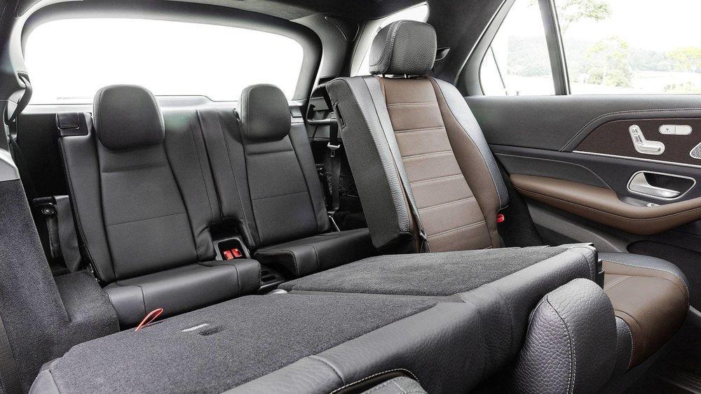 Por vez primera el Mercedes GLE tendrá opción a una tercera fila de asientos. Su nueva plataforma tiene 2.995 milímetros de distancia entre ejes y eso se va a notar en el espacio interior de este nuevo SUV.