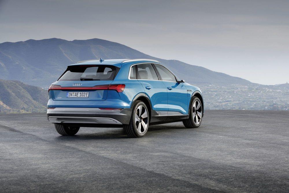 82.400 euros será el precio de partida de este eficiente Audi e-tron quatto, un SUV eléctrico que mide 4,9 metros de largo y que se posiciona entre los Q5 y Q7. Estrena los avanzados Virtual exterior mirrors para reemplazar a los clásicos retrovisores.