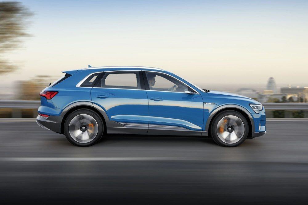 Sus dos motores eléctricos lo convierten en un modelo 'quattro' y le procuran 408 CV de potencia. Gracias a ello, este Audi e-tron quattro acelera de 0 a 100 km/h en 5,7 segundos y puede alcanzar una velocidad máxima de 200 km/h.