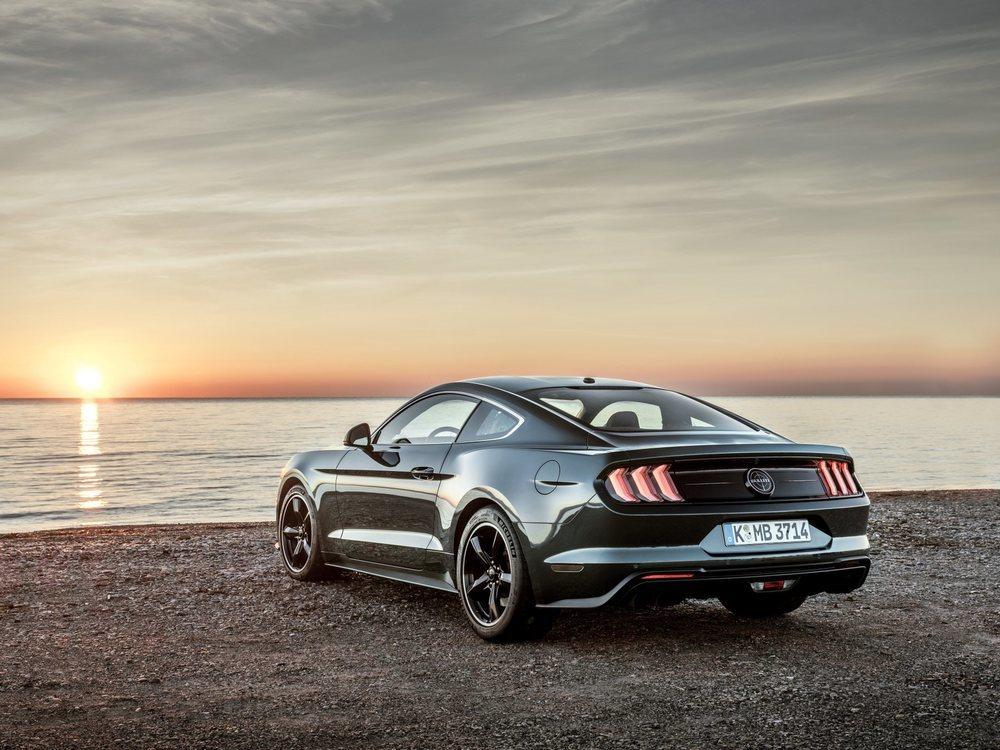 Este Mustang Bullitt sólo estará disponible en los colores Dark Highland Green o Shadow Black. Le van a delatar detalles como estas llantas de 19 pulgadas, las pinzas de freno en color rojo o los diferentes emblemas Bullitt repartidos por su exterior.