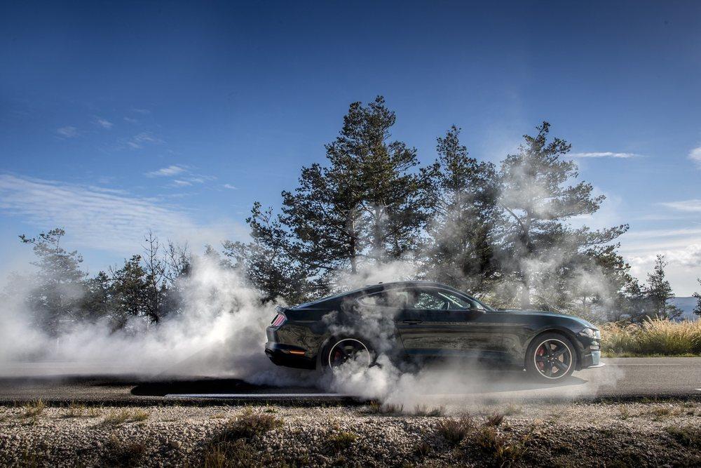 Entre los diferentes programas electrónicos de conducción, los Ford Mustang suma uno que bloquea las ruedas delanteras para poder 'quemar goma' en el sitio. Y también lo equipan las versiones con cambio manual, como este Bullitt.