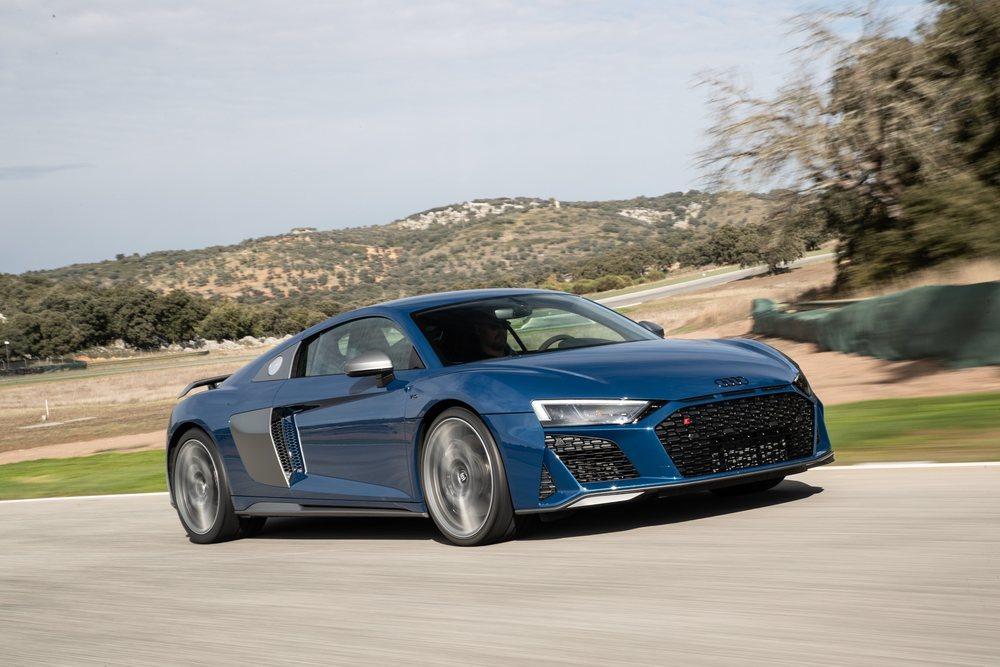 En su sistema de escape han puesto un nuevo filtro de partículas para hacerlo más eficiente. Ahora hay cambios aerodinámicos y también dinámicos, pues incluso los ingenieros de Audi Sport han creado unas barras estabilizadoras que han fabricado en carbono.