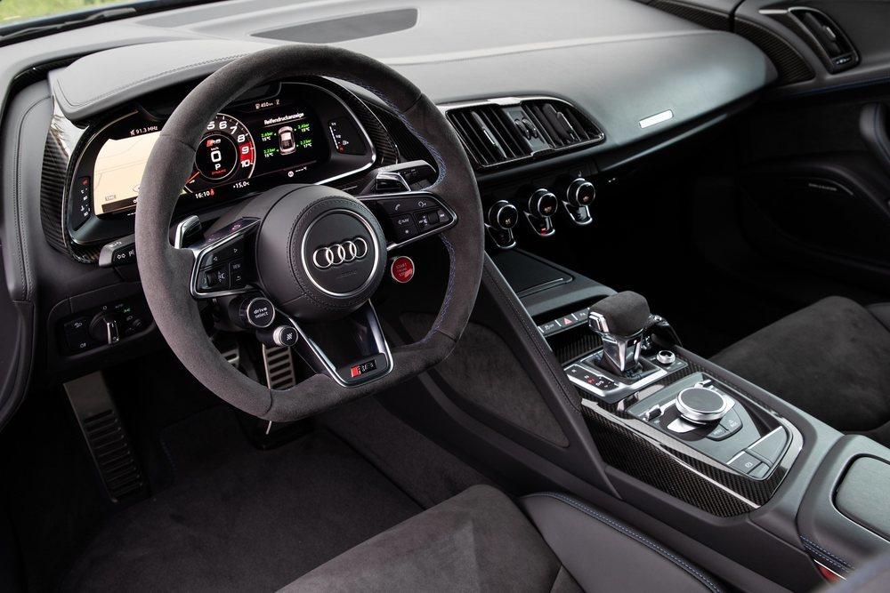 Su deportivo interior se mantiene sin cambios, predominando sus dos deportivos asientos y un cuadro de instrumentos digital de 12,3 pulgadas tras un pequeño volante donde hay todo tipo de botones para los 'set up' de este bólido alemán.
