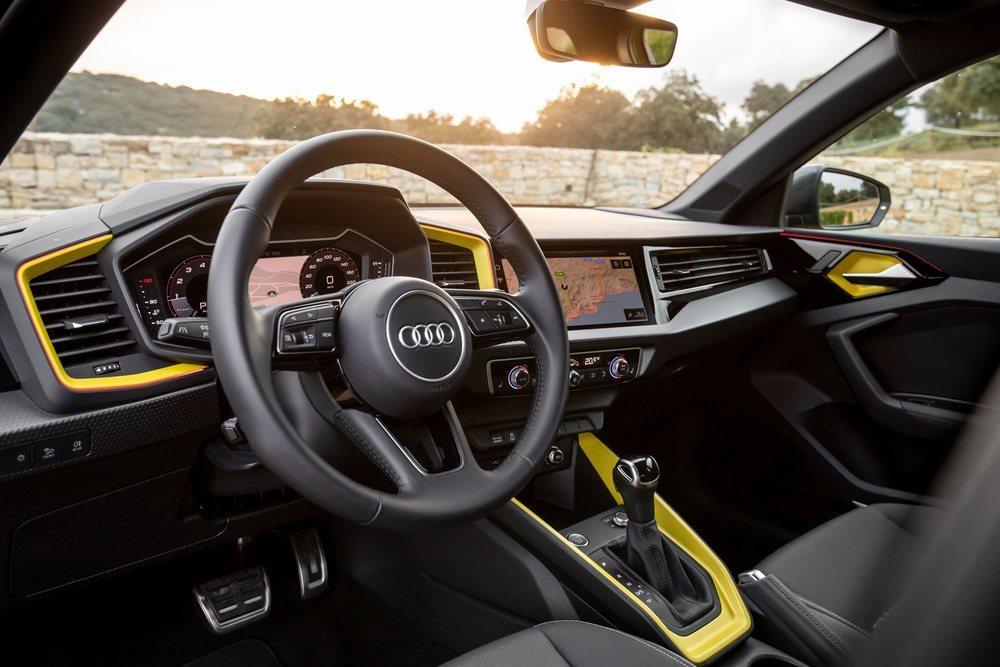 Ahora es mucho más espacioso que antes, y también mucho más personalizable. La pantalla de 12,3 pulgadas tras el volante es de serie y la central puede ser de 8,8 o de 10,1 pulgadas, pero está demasiado orientada hacia el conductor.