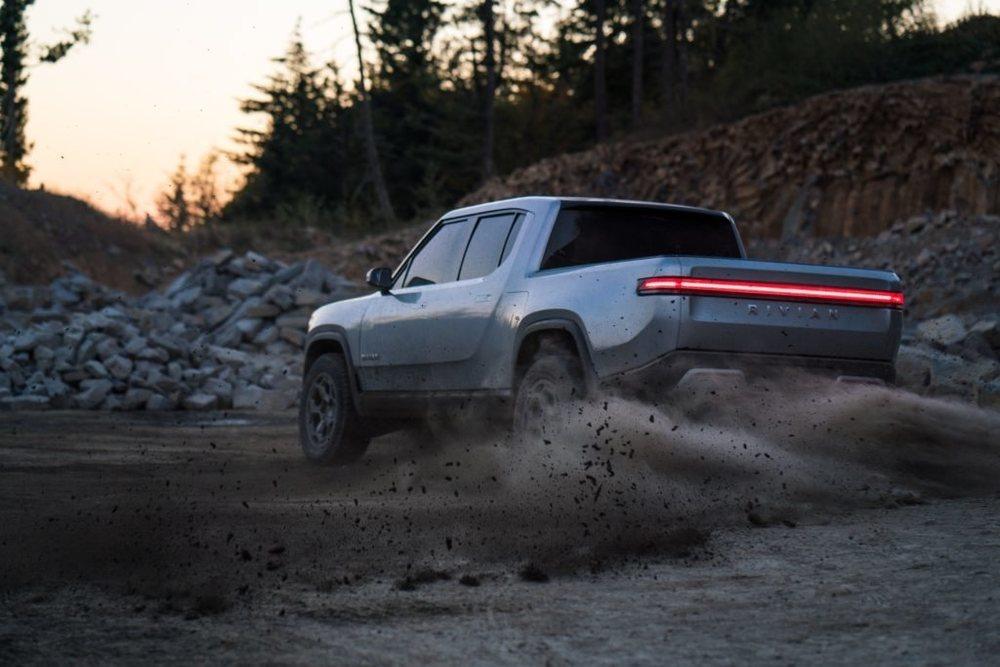Sus cuatro motores producen hasta 588 kW de potencia, unos 800 CV de potencia. Eso le permiten ofrecer excelentes prestaciones y sus baterías con hasta 180 kWh de capacidad le procuran una autonomía de hasta 645 kilómetros.