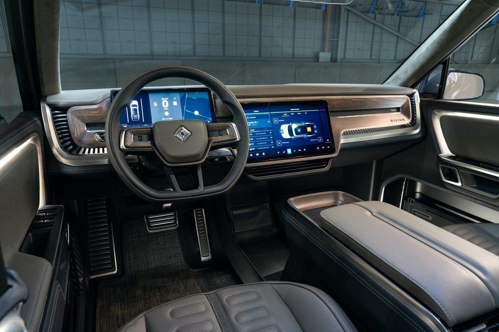 En el interior de este Rivian R1T se emplea madera y tejidos sostenibles, pero lo que sorprenden son sus pantallas digitales, que tienen 15,6 y 12,3 pulgadas delante, pues detrás hay otra táctil de 6,8 pulgadas.