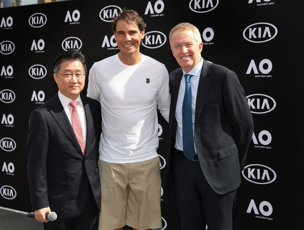 James Cho, presidente de Kia Motors Australia, el tenista Rafa Nadal y Craig Tilley, director del Torneo, durante la presentación de la flota de coches