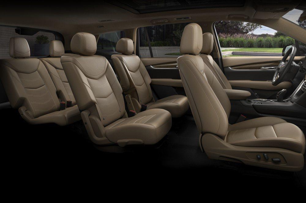 Gracias a sus 5,05 metros de largo, presume de espacio interior, pues se han colocado tres filas de asientos que pueden estar tapizados en cuero semi-anilina. Dentro, Cadillac mima a los ocupantes de este XT6.