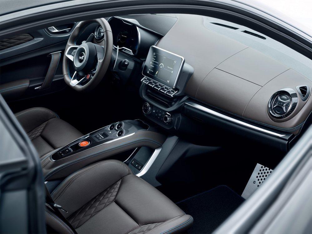 Los nuevos Alpine A110 Légende apuesta por un interior con materiales premium, como los asientos Sabelt tapizados en cuero o las molduras de carbono. También su dotación de serie es más completa que en los Pure.