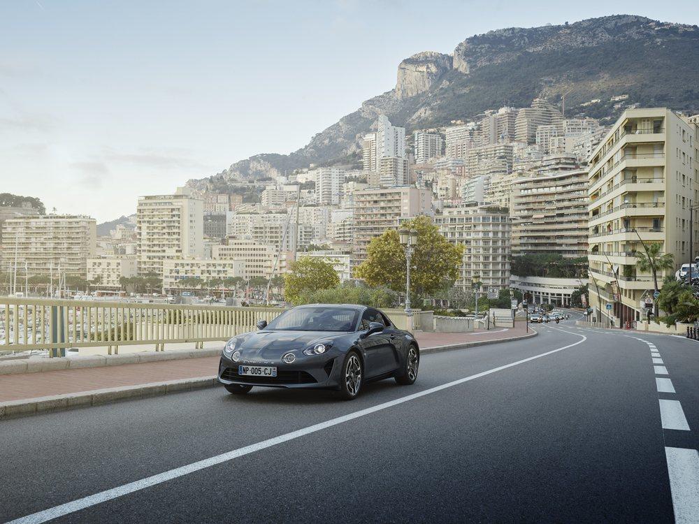 Ambas versiones, al igual que los Première Edition, recurren a un motor 1.8 TCe con 250 CV de potencia colocado en posición central. También hay cambio de doble embrague, frenos Brembo... Todo para disfrutar al volante.