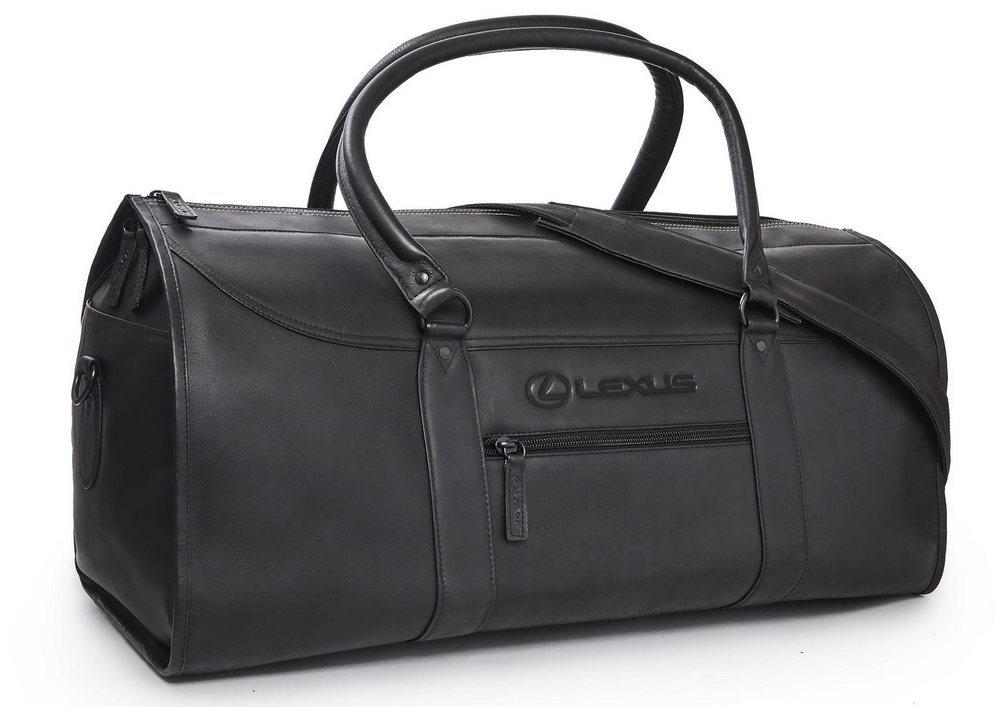 Esta bolsa de cuero ha sido creada para esta edición especial del Lexus LC. Cabe sin problemas en su maletero, que no es precisamente grande en este coupé, pues sólo presume de 197 litros de capacidad.