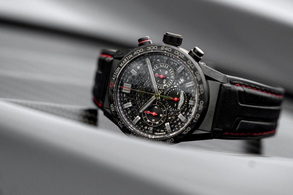 Cada cliente que adquiera uno de estos DBS Superleggera TAG Heuer Edition recibirán este reloj a juego y con detalles inspirados en este deportivo de 725 CV de potencia.