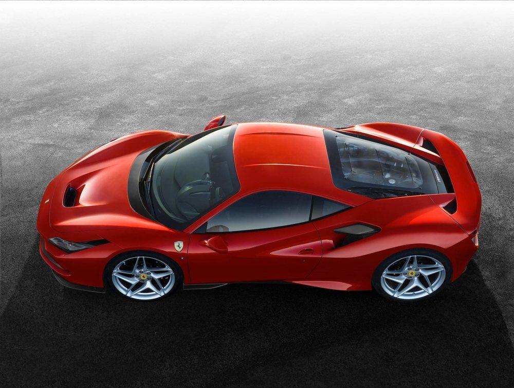 Su elaborada aerodinámica mejora en un 10% la del Ferrari 488 GTB, con el que comparte motor 3.9 V8 Biturbo, sólo que en este F8 Tributo alcanza los 720 CV de potencia.