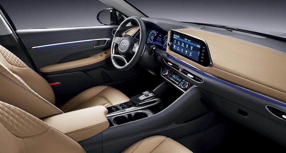 El nuevo Sonata presumirá de acabado y tecnología, pues tiene cuadro de instrumentos digital de 12,3 pulgadas o pantalla central de 10,25 pulgadas. No faltará iluminación ambiental, sistema de sonido Bose y todo lo que pudas imaginar.