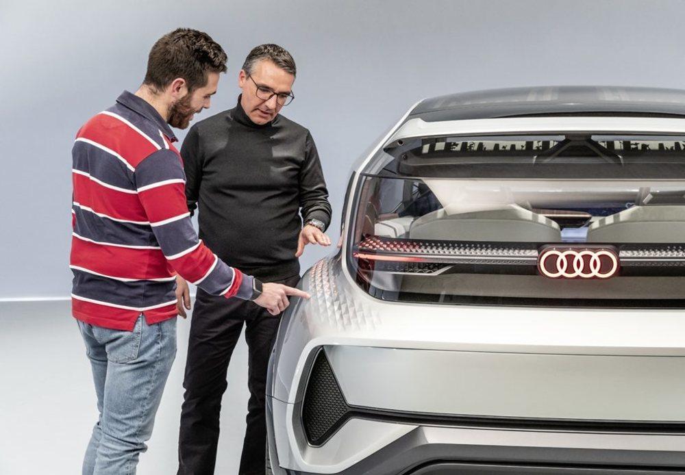 César Muntada, responsable de iluminación de Audi nos explicó los pormenores de la tecnología LED utilizada en este AI:ME, que puede comunicarse en todo momento con el resto de usuarios de la vía.