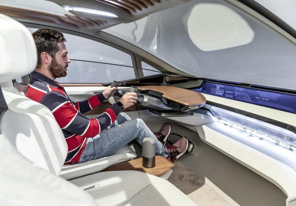 Su puesto de conducción es realmente confortable y muy luminoso. El minimalismo predomina en un interior donde encontramos materiales naturales y reciclados a partes iguales. Su volante está abierto por la parte superior.