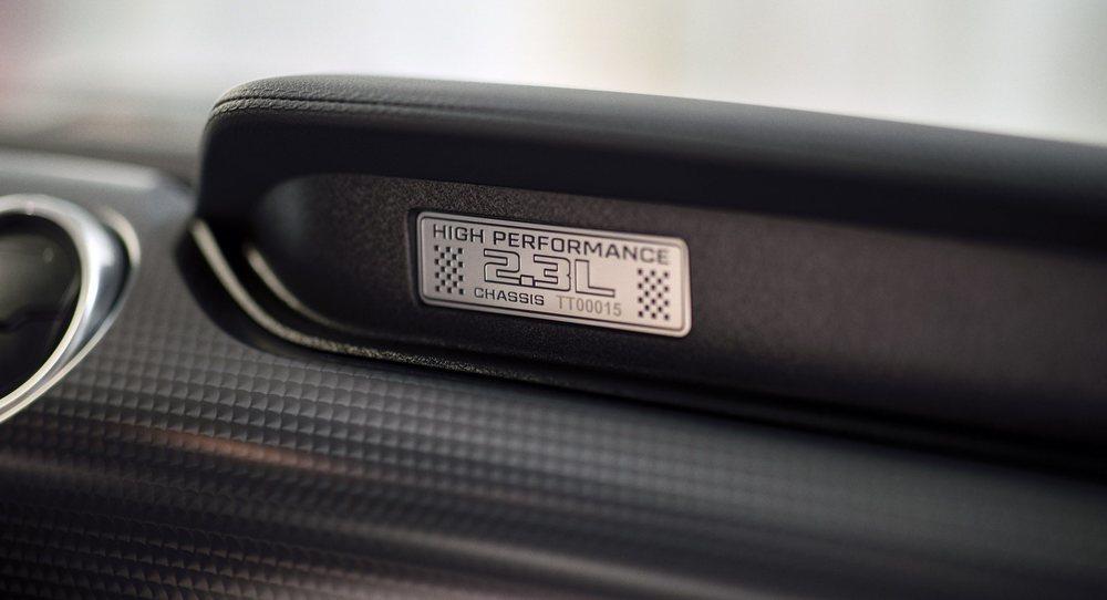 El nuevo Performance Package no sólo afecta a su 2.3 EcoBoost, sino que también agrega nuevo escape, llantas de 19 pulgadas, suspensiones modificadas, equipo de frenos más potente... Y diferentes emblemas que lo delatan.