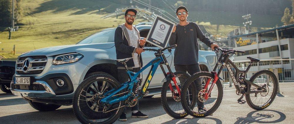 Amir Kabanni y Patrick Schweika, después de batir el récord Guinness.