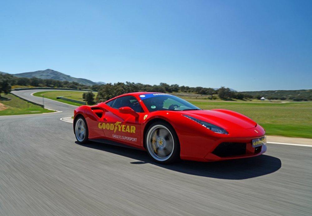 Los 670 CV de potencia que ofrece el Ferrari 488 GTB no ponen en apuros a estos SuperSport de Goodyear. Esta montura equipa gomas 245/30 ZR20 delante y 305/30 ZR20 detrás.