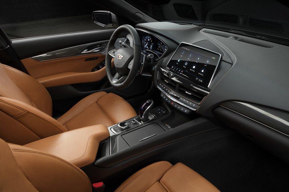 El interior de este nuevo Cadillac CT5 es sorprendente y cuenta con una pantalla central táctil de 10 pulgadas. Habrá diferentes acabados, por lo que variarán los materiales utilizados en su habitáculo, con 2.947 milímetros de batalla.
