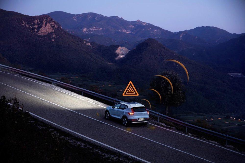 Cuando un Volvo enciende sus luces e emergencia, se envía una señal a los Volvo de los alrededores que estén conectados en la nube