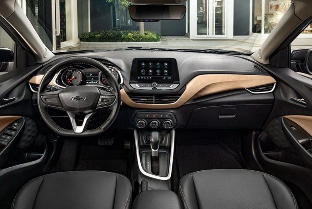 Así es el interior de este nuevo Chevrolet Onix, una berlina de 4,47 metros creada para China y que por el momento sólo se ofrece con acabado deportivo Redline. La pantalla de 8 pulgadas es una de sus opciones.