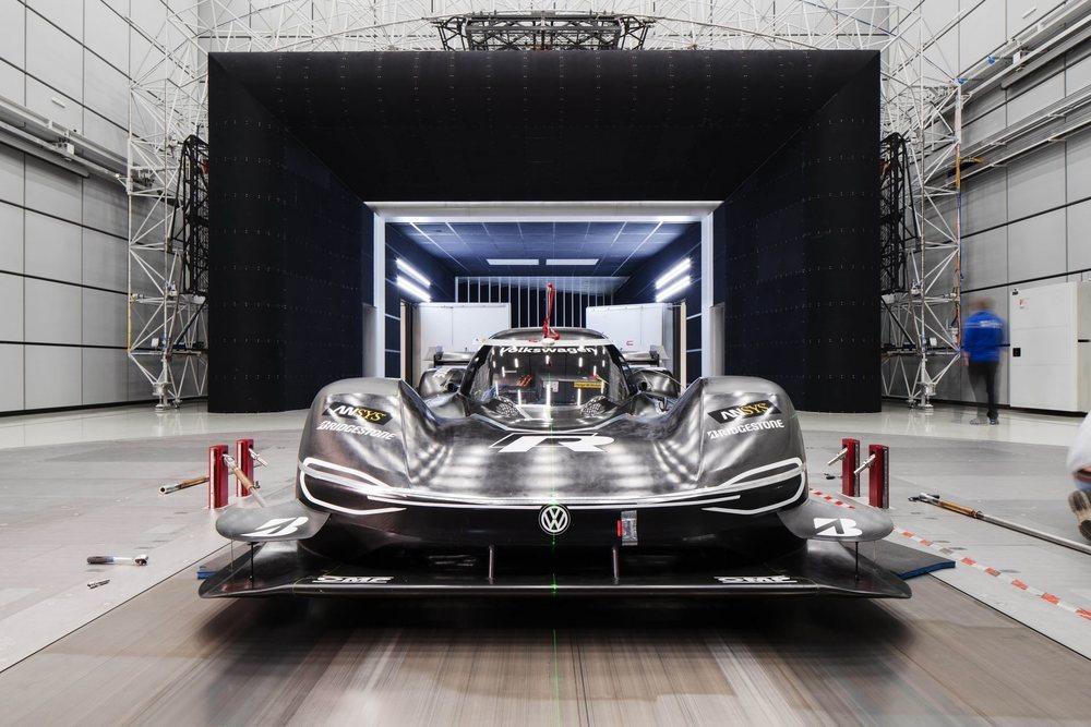La gestión electrónica que controla la entrega de potencia y de regeneración varía respecto a la usada en Pikes Peak. También se instala un alerón posterior inspirado en la Fórmula 1, pues cuenta con DRS para aprovechar las rectas de Nürburgring.