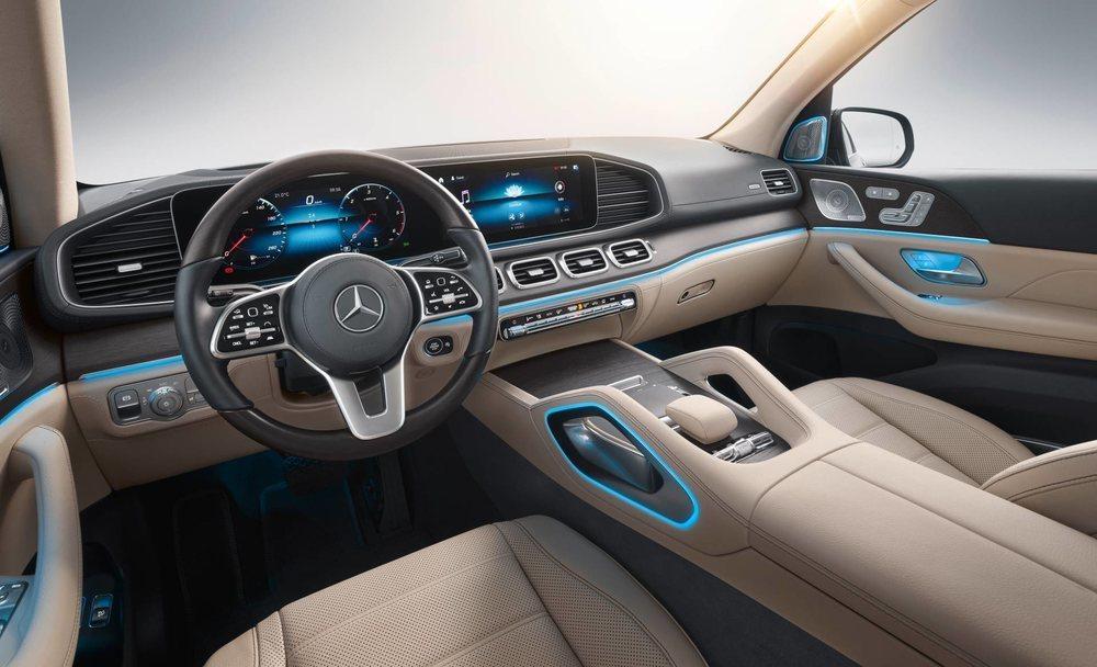 Su interior es sensacional y de serie cuenta con dos pantallas de 12,3 pulgadas y sistema MBUX. Su capacidad de personalización es sobresaliente y los materiales empleados de primera categoría.