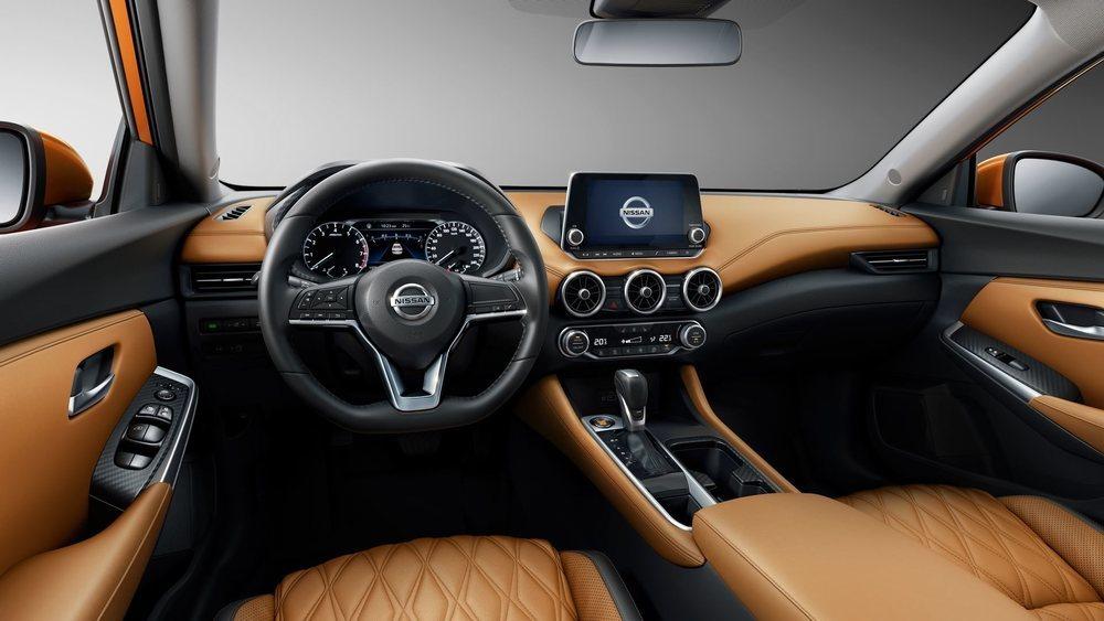 La presentación interior de este nuevo Nissan Sylphy es realmente atractiva. Puede equipar pantalla central de 8 pulgadas y una de 7 entre sus relojes analógicos. También presumirá de ofrecer un gran espacio interior.