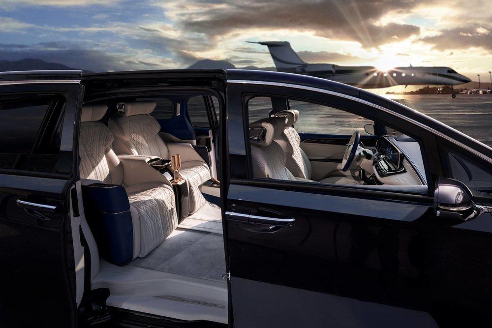 El interior de este Buick GL8 Avenir Concept es sublime. Detrás hay dos confortables asientos con todo lujo de comodidades y entre los que han colocado una nevera. Los materiales utilizados son de la más alta calidad.