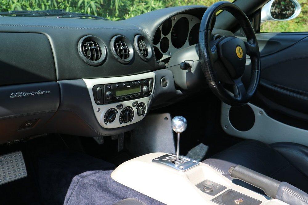 Lo que hace especial a este Ferrari 360 Módena que será subastado, es que equipa un cambio manual y no el F1. Sólo llegaron 341 como este a Reino Unido, pero además su propieterio lo adquirió con asientos deportivos opcionales.