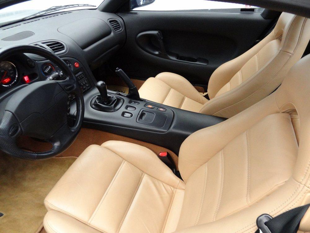 Su interior, acabado en cuero de color canela, está en perfectas condiciones. No en vano este Mazda RX-7 fabricado en 1994 tan sólo tiene 7.400 kilómetros. Eso es como hacer 296 kilómetros anuales.
