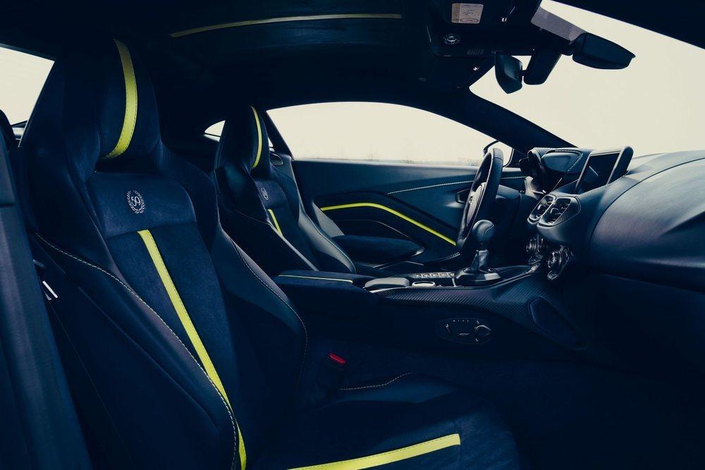 La consola central se ha modificado para instalar el nuevo cambio manual de 7 velocidades, el cual ha sido desarrollado por Graziano. De los 200 que se fabricarán, 59 presentan este acabado tan exclusivo por dentro y por fuera.