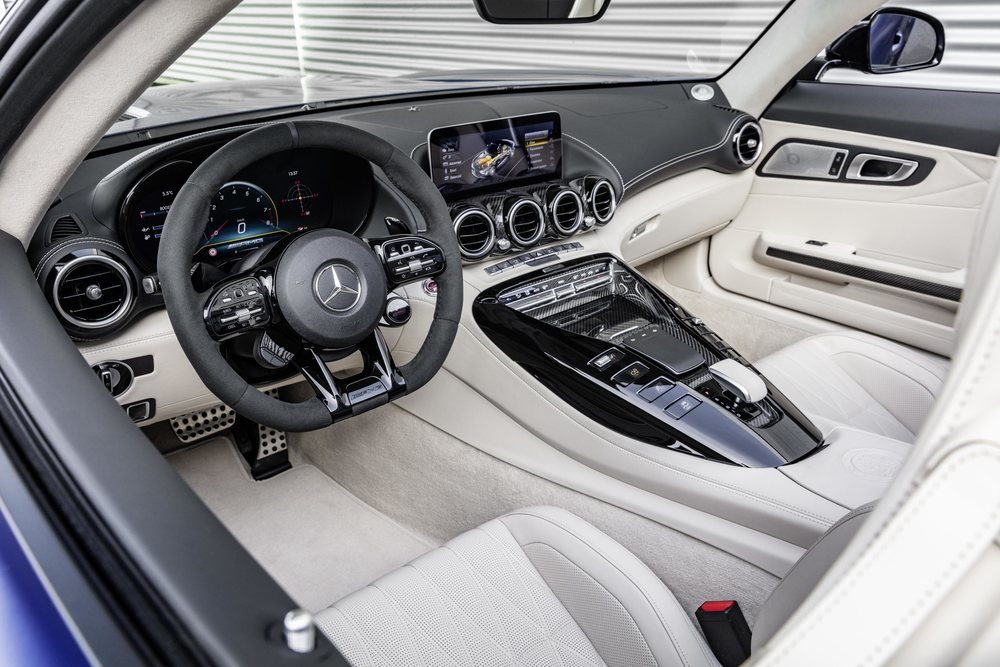 La versión Roadster del radical Mercedes-AMG GT R ya se ofrece en España y parte de los 250.000 euros. Eso son 40.900 euros más de lo que vale el Coupé. Su interior es verdaderamente deportivo.