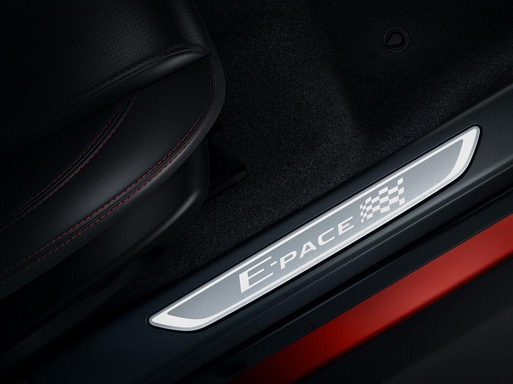 Detalles como estas placas metálicas son exclusivos de los Chequered Flag, que también incorporan asientos deportivos tapizados en cuero negro y con pespuntes en color rojo. Más adelante también llegarán a España.