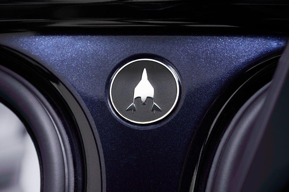 La silueta de la SpaceShipTwo de Virgin Galactic se ha plasmado en diferentes partes de estos Range Rover Astronaut Edition, cuya pintura Zero Gravity Blue ha sido creada específicamente por el departamento SVO.