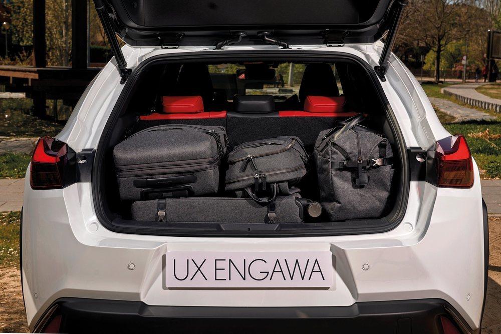 Esta edición especial del Lexus UX 250h se acompaña de un completo juego de maletas fabricadas por Piquadro. Las cuatro piezas encajan a la perfección en su maletero, con 438 litros de capacidad.