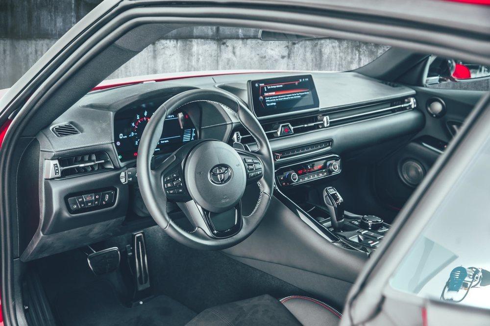 El deportivo Toyota GR Supra se ofrece en España con un único acabado, que presume de equipamiento de serie. Cuesta 69.900 euros, pero también te lo ofrecen en renting por 1.250 euros al mes.
