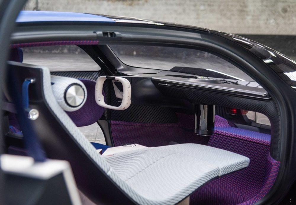 Su minimalista interior combina materiales innovadores como el Gypsoflex, una resina sintética que reproduce un material como el mármol. Ofrece un avanzado sistema de conducción autónoma.