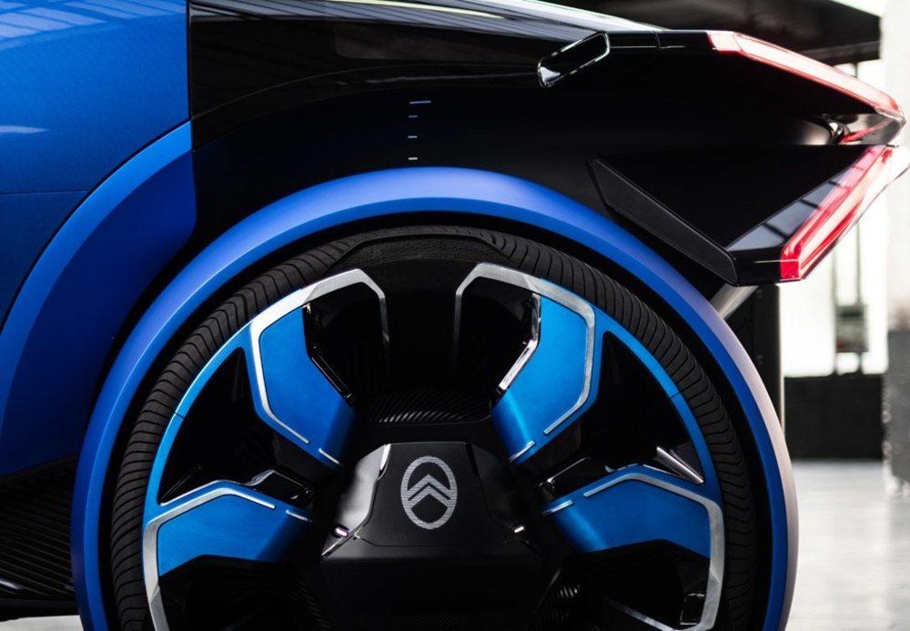 Sus dos motores eléctricos, uno por cada eje, erogan 462 CV de potencia. Estos neumáticos 255/30 R30 han sido desarrollados en exclusiva por los expertos de Goodyear.