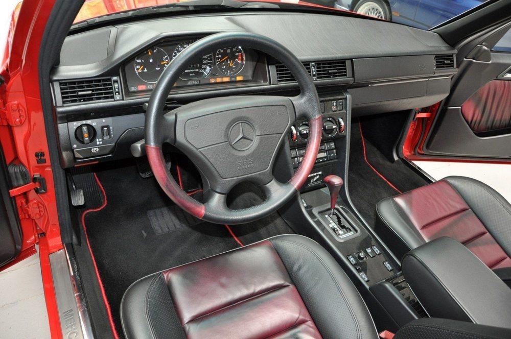 Este impresionante E60 AMG tiene sólo 71.014 kilómetros y su interior luce un llamativo cuero de color rojo y negro, que se adorna con molduras de madera de arce. Se estima que AMG fabricó entre 100 y 150 ejemplares.