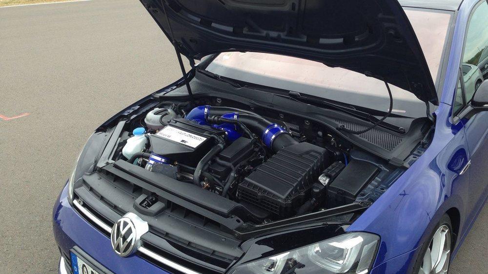 HGP-Turbo ofrece por 9.900 euros esta preparación para el Golf R, que lo lleva hasta los 480 CV. Si son demasiados hay otras con 390 o 426 CV desde 4.200 euros. Y si son pocos, te ofrece una que cuesta 96.000 euros, pero que ofrece 740 CV.