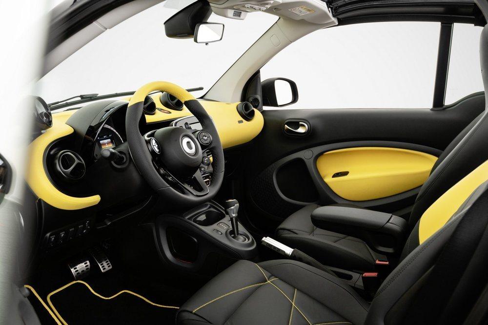 El preparador Brabus se ha encargado de personalizar el exterior y el interior de este exclusivo ForTwo del que habrá sólo 21 unidades. Lucen un singular interior que combina los colores negro y amarillo, como por fuera.