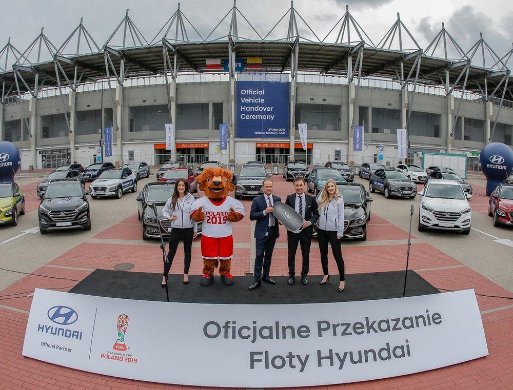 Los cohes se entregaron frente al estadio Lodz Widzew de Polonia