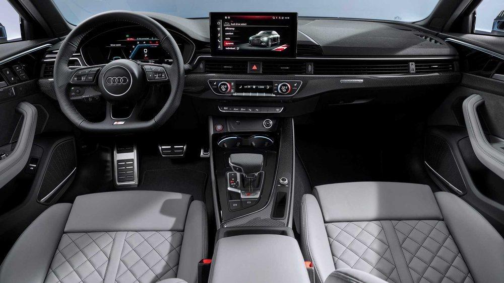 Los cambios de diseño en el interior del renovado A4 son inexistentes, aunque si que aparece una nueva pantalla central que tiene 10,1 pulgadas y ahora es táctil.