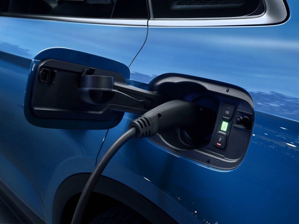 La batería de iones de litio tiene 14,1 kWh de capacidad y se ubica en su maletero, el cual podría perder algo de capacidad. Esta se recarga en un enchufe doméstico en 6 horas y da para recorrer más de 40 kilómetros en modo eléctrico.