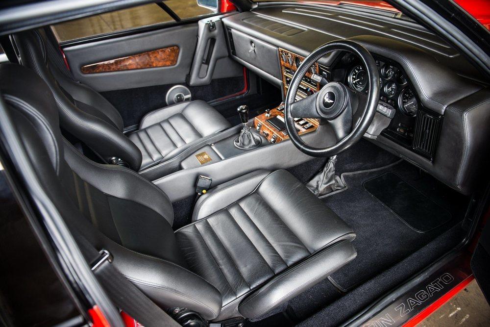 Este exclusivo Aston Martin ha sido debidamente restaurado, incluyendo un interior con cuero negro y madera de nogal, que luce una placa con el número de chasis #20011, el cual revela su verdadera identidad.